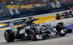 """El piloto británico de Mercedes logró la victoria en el GP de Singapur y se sitúa al frente de la clasificación general. Fernando Alonso, cuarto, lamentó la salida del 'safety car': """"Probablemente, me impidió lograr la segunda posición""""."""