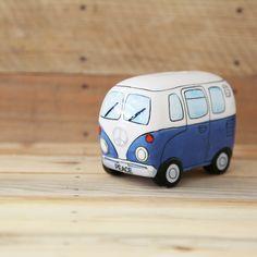 """Vuelve a los 60's con esta hucha de cerámica que reproduce la clásica furgoneta Wolkswagen Van. Este """"autobús"""" fue el tipo 2 de la marca Volkswagen, instroducido en 1950 y en un principio era una derivación del primer modelo de la marca, el Escarabajo. La Camper Van fue una de las precursoras de las furgonetas de pasajeros moderna."""