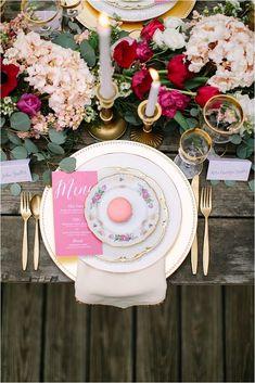 mesa com flores, dourado, rosa, bem romântica