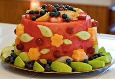 Obst Kindergeburtstag vitaminreiche-torte-wassermelone-schnitte-orangen-himbeeren-trauben-apfel-zuckermelone-beeren-kiwi-dekorieren