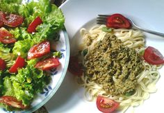 Linguine mit Mandel-Kräuter-Pesto und bunter Salat