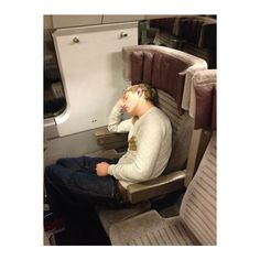 One Direction's Harry Styles Catches His Bandmates Sleeping! ❤ liked on Polyvore featuring one direction, niall, niall horan, 1d and pictures