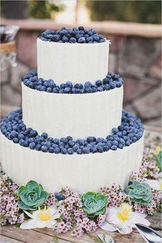 blueberry wedding cake http://weddingwonderland.it/2015/08/matrimonio-frutti-di-bosco.html