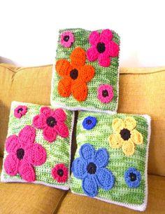 Flower Pillows, free crochet pattern - -Mainly Crochet- Crochet Flower Patterns, Crochet Flowers, Knitting Patterns, Crochet Cushion Cover, Crochet Cushions, Crochet Home, Love Crochet, Flower Pillow, Crochet Pillow