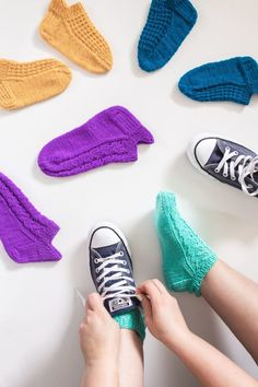 Tennarisukat - Kaupunkilanka Knitted Socks Free Pattern, Crochet Socks, Knitted Slippers, Baby Knitting Patterns, Knitting Socks, Knit Crochet, Handicraft, Yeezy, Sewing Crafts