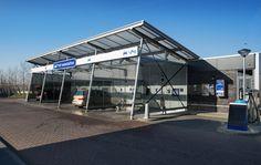 """Naast het Esso Express tankstation """"Het Oog"""" in Roelofarendsveen is in 2011 een wascentrum gerealiseerd, compleet met wasboxen en een wasstraat."""