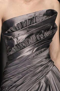 Elie Saab Fall 2006 couture♥ ♥♥ ♥l ̲̅ə̲̅٨̲̅٥̲̅٦̲̅]♥ ♥♥l ̲̅ə̲̅٨̲̅٥̲̅٦̲̅]♥♥ Couture Details, Fashion Details, Fashion Design, Grey Fashion, High Fashion, Women's Fashion, Beautiful Gowns, Beautiful Outfits, Mode Glamour