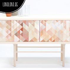 Vinilo adhesivo de un mosaico de triángulos en colores melocotón, rojo coral y tonos cálidos para forrar mesas, puertas y muebles de casas y pisos.