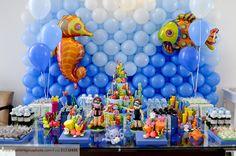 Achei ótima a ideia dos balões com o cavalo marinho e peixe para dar o tom do tema da festa: fundo do mar!
