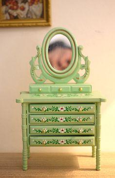 Dollhouse dressser mirror dolls house bedroom green standup Miniature Rooms, Miniature Crafts, Miniature Furniture, Doll Furniture, Dollhouse Furniture, Painted Furniture, Dollhouse Toys, Miniature Dollhouse, Antique Dolls