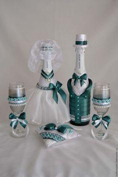Купить или заказать Свадебный набор 'Изумрудный' в интернет-магазине на Ярмарке Мастеров. Все составляющие данной коллекции декорированы атласной тканью, лентами, тонким кружевом, бисером и стразами. Данная коллекция создана специально для свадьбы в изумрудно-белом стиле. Набор аксессуаров: -шампанское 2 шт., -фужеры 2 шт., -свечи для родителей (матерей) 2 шт., -свеча 'Семейный очаг' 1 шт., -семейный банк 1 шт., -подушечка для обручальных колец 1 шт.