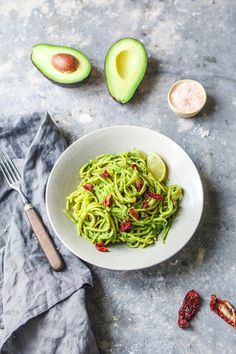 Pasta mit Avocado-Grünkohl-Pesto und getrockneten Tomaten