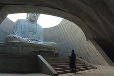 僅露出半顆充滿禪意的佛頭|安藤忠雄位於日本北海道的最新靈園設計 | Foot Work︱ 走思客設計圖誌 Minimalist Architecture, Space Architecture, Memorial Architecture, Korea Design, Luoyang, Tadao Ando, Light Building, Asian Art, Images