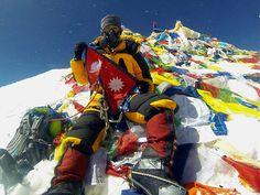 Ganz oben auf dem Gipfel angekommen, ist es inzwischen üblich, mit Familie und Freunden zu telefonieren und für Fotos zu posieren, ...