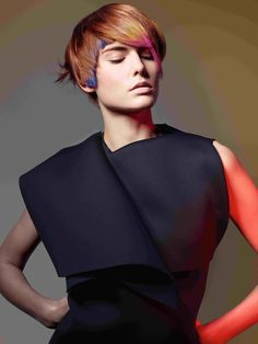 """Was für ein tolles Farbenspiel: Die Kurzhaarfrisur aus der """"Color Zoom"""" Kollektion von Goldwell überzeugt durch ihre intensiven Farben, außergewöhnliche Farbkombination und einen neu definierten Schnitt. Testet euch: Soll ich meine Haare abschneiden?"""