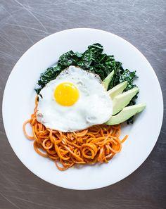 Kale, Avocado, and Sweet Potato Noodle Breakfast Bowl Healthy Egg Recipes, Egg Recipes For Breakfast, Kale Recipes, Avocado Recipes, Breakfast Bowls, Breakfast Buffet, Breakfast Burritos, Paleo Breakfast, Delicious Recipes