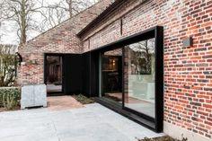 Les architectes belges du studio Juma Architects sont à l'origine de cette magnifique rénovation d'une ancienne ferme en brique. Au départ, le bâtiment éta