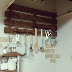 スパイスの小瓶や調味料、器具など、しまうものが多いキッチン。収納がいくらあっても足りないですよね。そんな時は100均のすのこをDIYして、収納スペースを増やしましょう!組み立てるだけの簡単リメイクでオシャレで便利な棚を作ることができます!分解すれば板としても使えますし、木製なので塗装も簡単。通気性の良いすのこは、実はキッチンまわりの素材に最適。オシャレなインテリアにもなる、すのこ収納の作り方をご紹介します! この記事の目次 1:シンプルに組み合わせて荷物置き場に 2:すのこを小さく分解!調味料の整理棚 3:さらに小さく!コンロ周りの整理棚に 4:壁に取り付けて調理器具の整理棚に 5:大きなすのこで家電の棚に 6:「すのこの扉」で便利にリメイク 7:金属の取っ手でオシャレな棚に 8:オシャレなマガジンラックに 9:お子様のままごとキッチン すのこを変身させてオシャレに収納を! 1:シンプルに組み合わせて荷物置き場に…