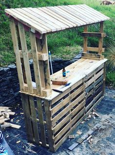 Diy furniture projects, wooden pallet projects, pallet crafts, patio bar, b Outdoor Pallet Bar, Wood Pallet Bar, Wooden Pallet Projects, Wooden Pallet Furniture, Wooden Pallets, Pallet Ideas, Bar Furniture, Furniture Projects, Outdoor Bars