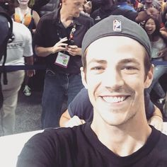 Grant Gustin retweeted Warner Bros. TV ‏@warnerbrostv @grantgust selfie at @CW_TheFlash signing! Swoon! #WBSDCC #SDCC #TheFlash