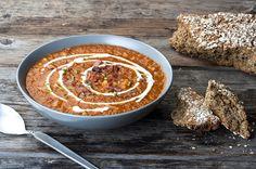 Ζεματάμε σε μικρή κατσαρόλα τις φακές και τις στραγγίζουμε. Σε μέτρια φωτιά σε βαθιά μέτρια κατσαρόλα βάζουμε το ελαιόλαδο και όλα τα λαχανικά ψιλοκομμένα, κρεμμύδι, πράσο, καρότο και σέλερι. Τα αφήνουμε για 10′ σε μέτρια φωτιά να μαλακώσουν. Προσθέτουμε τον πελτέ τον τρίβουμε να ψηθεί για 1-2′ και σπάμε τις ντομάτες πάνω στα υλικά. Προσθέτουμε … Greek Recipes, Soup Recipes, Salad Recipes, Food Categories, Weight Watchers Meals, Chowder, Stew, Oatmeal, Cooking