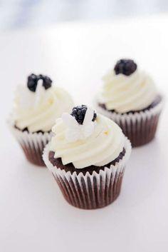 Dessertstudion Holy Sweet delar med sig av recept. Farligt goda choklad-cupcakes!