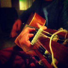 zoon speelt gitaar