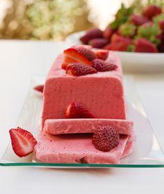 Τι πιο δροσερό και ανοιξιάτικο από ένα πανεύκολο παρφέ με φρέσκες, εποχιακές, ζουμερές φράουλες!