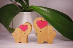 Wooden elephant with heart handmade von WoodMetamorphosisUK auf Etsy