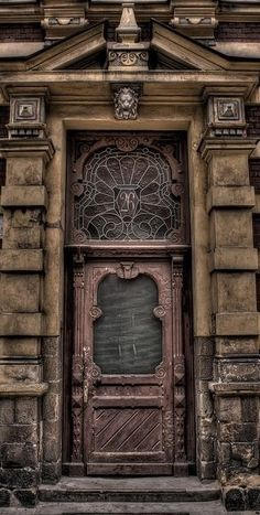 just love these woodcarved doors! reminds me of my grandfarther who use to make wood furniture.
