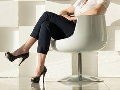 小さなパーツだけど、女性らしさの演出に肝心なのが足首。キュッと締めて、オフィスでのシンプルおしゃれをレベルアップさせませんか?