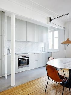You have got a small kitchen, we've got ideas to make it better - including tips, pictures, and storage solutions. Look out design inspiration from these awesome small kitchen design ideas. Kitchen Interior, Interior, Home, Kitchen Remodel, Apartment Renovation, Mid Century Modern Kitchen, Minimalist Kitchen, Kitchen Design, Parisian Apartment