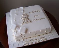 First Communion cake - Gateau communion - Torten İdeen Boys First Communion Cakes, Holy Communion Cakes, First Communion Favors, Cake Paris, Bible Cake, Religious Cakes, Confirmation Cakes, Book Cakes, Celebration Cakes