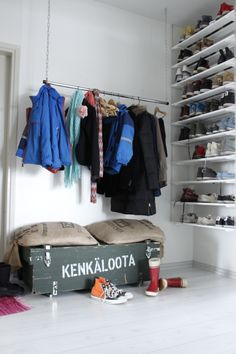 Kettingistä, rautatangosta ja laudoista rakennettu säilytysjärjestelmä.  http://kirpparikeijunkotona.blogspot.fi/