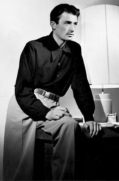 Gregory Peck, 1944 - indeed outrageously handsome! Old Hollywood Actors, Golden Age Of Hollywood, Vintage Hollywood, Hollywood Glamour, Hollywood Stars, Classic Hollywood, Hollywood Icons, Gregory Peck, Old Movie Stars