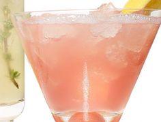 """""""РОЗОВЫЕ РОЗЫ"""":  В стакане смешайте 30 мл розового сиропа, 15 мл лимонного сока, 30 мл сока граната и и 30 мл сока грейпфрута. Добавьте лед и долейте 100 мл сельтерской воды, приправьте щепоткой молотого кардамона. Подавайте с долькой лимона"""