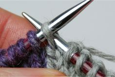 A description of the knitting technique: 'Neater intarsia'. The article includes photos. Intarsia Knitting, Knitting Help, Baby Knitting, Changing Colors In Knitting, Stitch Patterns, Knitting Patterns, Knitting Projects, Tricks, Needlework