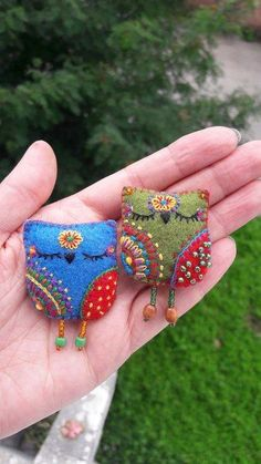 Cute idea for needle felted owlsPretty felt owls with embroidered and beaded details. I'd love to have some felty embroidery fun and make some brooches for myself and maybe a few gifts.upcycle our scraps, create other animals too! Felt Owls, Felt Birds, Felt Embroidery, Felt Applique, Embroidery Ideas, Owl Crafts, Felt Brooch, Fabric Brooch, Brooch Pin