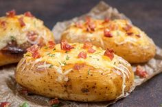 Sočno i ukusno: Punjeni krompir sa slaninom i kačkavaljem! Gourmet Recipes, Cooking Recipes, I Foods, Baked Potato, Bacon, Tapas, Catering, Food And Drink, Potatoes