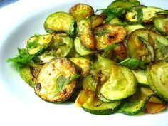 The fried zucchini in batter , golden and delicately crunchy, represent a plate delicious and easy to marry with other dishes. Tzatziki, Zucchini Fries, Food Print, Vegan Recipes, Good Food, Low Carb, Stuffed Peppers, Vegetables, Naples