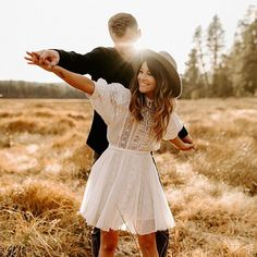 Outfit ideas for engagement session, golden hour photography, couple and engagement photography Couple Photoshoot Poses, Couple Photography Poses, Couple Posing, Couple Shoot, Wedding Photoshoot, Engagement Photography, Creative Couples Photography, Engagement Stories, Engagement Photo Outfits
