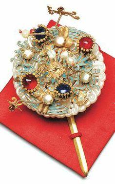떨잠 (ตอล-จัม) เป็นปิ่นประดับผม ใช้กับวิกผม แบบที่อยู่ในรูปด้านบน ส่วนหัวของปิ่น มีลักษณะเป็นหัวใหญ่ๆ ประดับอย่างสวยงามด้วยเพชรนิลจินดา ผู้ที่ใส่คือ ผู้หญิงในราชวงศ์ เช่น เจ้าหญิงและพระชายา Korean Accessories, Silver Accessories, Hair Accessories, Korean Traditional Dress, Traditional Dresses, Asian Hair Ornaments, Korean Painting, Korean Jewelry, Korean Hanbok