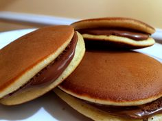 Ingrédients : 75 g de sucre 150 g de farine type 00 Une demi-cuillère à café de miel 1 cuillère à café et demie de levure chimique 50 ml d'eau (3 cuillères à soupe) 150 grammes de Nutella ou 150 grammes de confiture pour le remplissage 1 càs de l'extrait de vanille 3 gros œufs Préparation