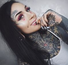 Tattoos on neck Pin Up Tattoos, Hot Tattoos, Body Art Tattoos, Girl Tattoos, Arabic Tattoos, Sleeve Tattoos, Hot Tattoo Girls, Tattoed Girls, Inked Girls