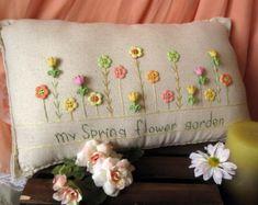 Esta almohada de costura de muselina con temática de costura hecho a mano es perfecta para su sala de arte, sala de estar o sala de estar. El tamaño es de aproximadamente 15 x 10.