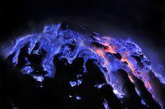 """SENZA FILTRO   Da vari anni il fotografo Olivier Grunewald raccoglie immagini del Kawah Ijen in Indonesia, le cui fiammate azzurro elettrico sembrano colare di notte lungo i fianchi del vulcano.   """"Questo flusso dalla colorazione insolita per un vulcano naturalmente non è lava, come purt"""