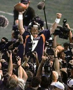 Quarterback John Elway finally leads the Denver Broncos to a super bowl victory in 1998 on his attempt in the second to last season of his 16 year career. Denver Broncos Players, Broncos Win, Denver Broncos Football, Best Football Team, Football Fever, Aldo Conti, John Elway, Peyton Manning, Sports Photos