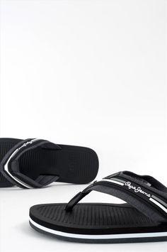 Ανδρικές παντόφλες της εταιρείας Pepe Jeans. Διαθέτουν αντιολισθητική σόλα για να προσφέρουν άνετο και σταθερό περπάτημα. Flip Flops, Sandals, Shoes, Fashion, Moda, Shoes Sandals, Zapatos, Shoes Outlet, Fashion Styles