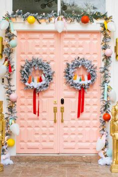 Latest Free Our Home: Colorful Front Door Christmas Decor! Tips Your individual door hanger Sure, the classic is of course the door pendant, in which on the leading Outdoor Christmas Garland, Front Door Christmas Decorations, Christmas Front Doors, Christmas Lights, Christmas Wreaths, Christmas Bells, Christmas Ornaments, Retro Christmas, Christmas Colors