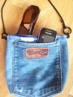 Redesign og gjenbruk: Hofteveske av jeans Small Space Interior Design, Denim Purse, Denim Crafts, Diy Accessories, Sewing Projects, Sewing Ideas, Diy Clothes, My Outfit, Diy And Crafts